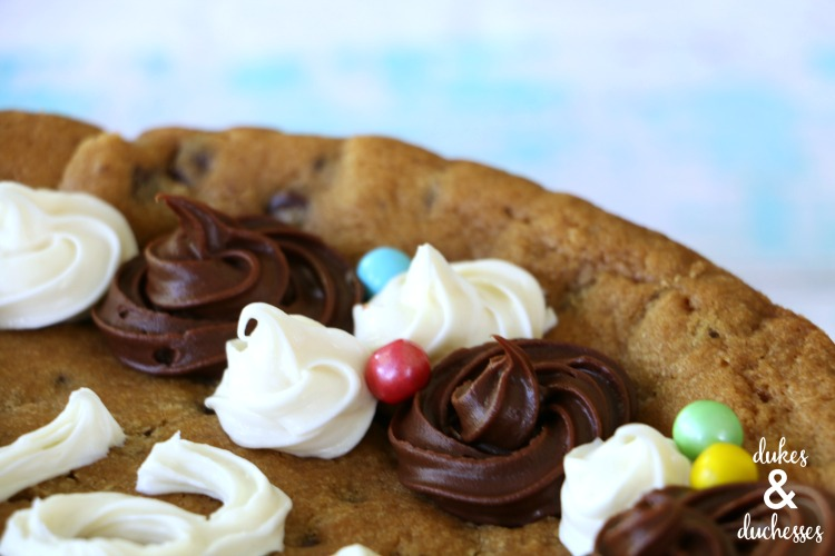 the easiest way to decorate a cookie cake