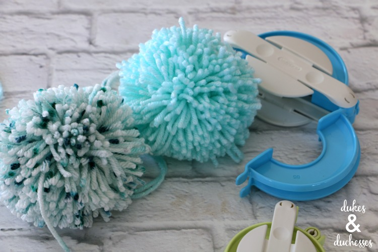 how to make pom poms with a pom pom maker